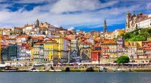 Ook een bezoek aan Porto is zeker de moeite waard tijdens jullie vakantie aan de Costa Verde 300x164 Aanbieding vliegvakantie Portugal: 8 dagen 4 **** hotel aan het strand voor 189 Euro p.p. (Beste Deal Garantie)